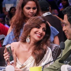 Fotocorp govinda and raveena tandon on the sets of super dancer shilpa shetty anurag basu thecheapjerseys Images