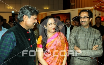 Fotocorp : Kapil Dev, Rashmi Thackeray, Uddhav Thackeray