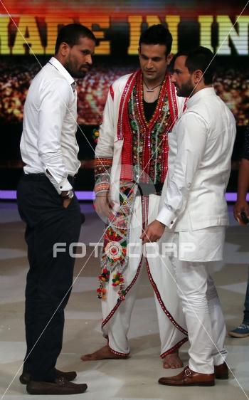 Fotocorp : Yusuf Pathan, Irfan Pathan, Saif Ali Khan Promotion of